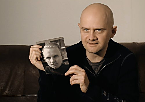 Director Jörg Schnitger with a photo of his father / UNBROKEN TIES © 2017 Schnitger-Film