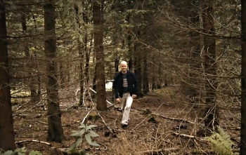 Jörg Schnitger on searching for clues in the forest / UNBROKEN TIES © 2017 Lanapul Film